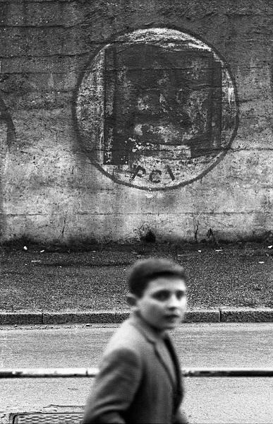 Uliano Lucas, Nel quartiere Lambrate, Milano, 1965 c. Courtesy Galleria Bel Vedere