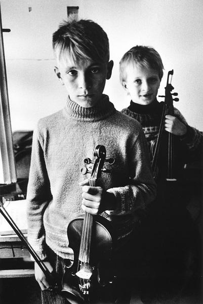 Uliano Lucas, Allievi di una scuola di musica, Sarajevo, 1993- Courtesy Galleria Bel Vedere