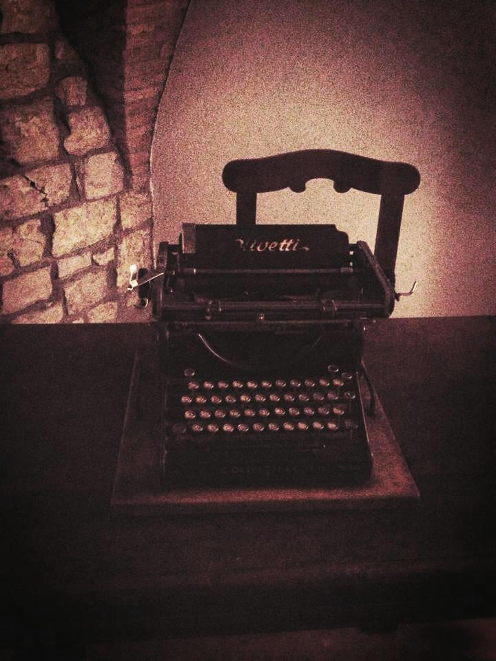 Questa Olivetti era di mio nonno e si trova ancora nel suo studio, ricordo di una lunga carriera iniziata scrivendo su questa bellissima macchina. Da piccola ho imparato a riconoscere le lettere su questi tasti; mi piace pensare che il mio amore per la scrittura sia nato così. (Silvia Belfanti, studentessa)