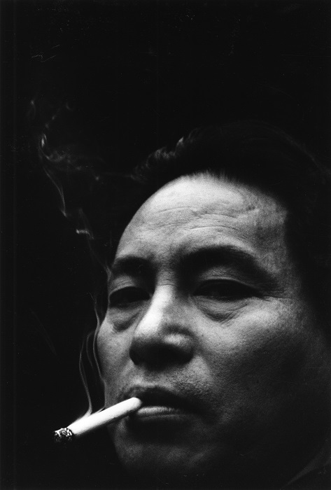 Domon Ken, Autoritratto, 1958, pubblicato sul numero di novembre della rivista Sankei Camera. Ken Domon Museum of Photography