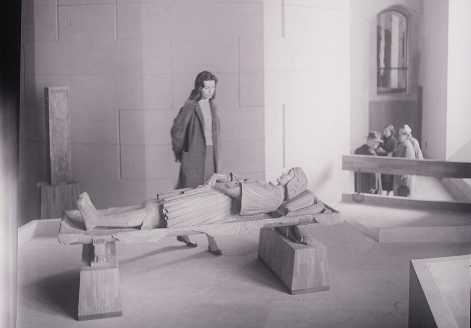 Il museo di arte antica del castello Sforzesco, 1965 – Archivio Paolo Monti. In primo piano il monumento funebre di Gastone de Foix di Bambaia; sullo sfondo il retro della nicchia in pietra serena che ospitava la Pietà Rondanini di MIchelangelo