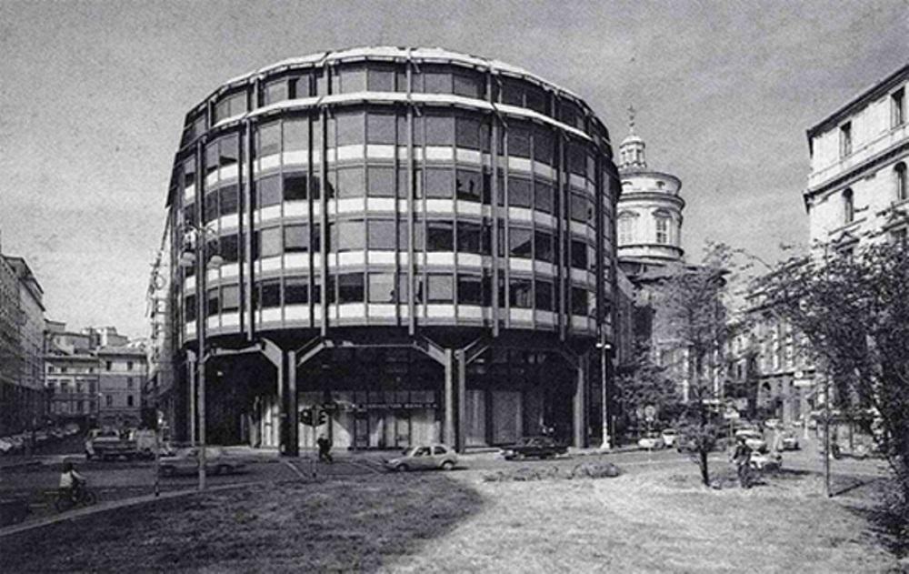 Gli uffici della Chase Manhattan Bank in piazza Meda, negli anni Settanta
