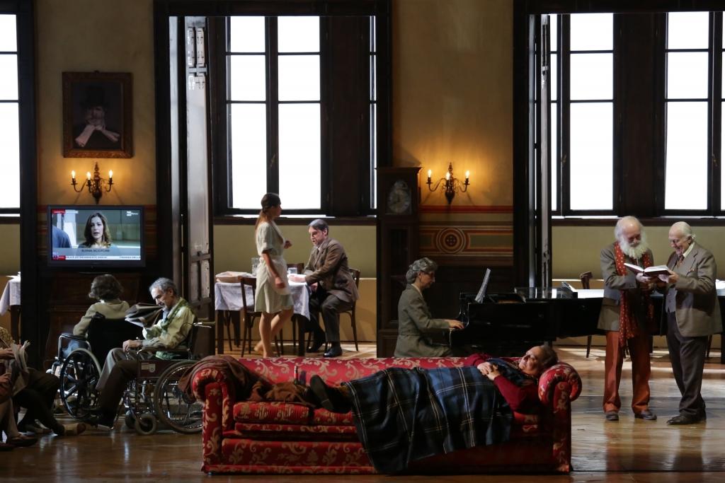 Falstaff di Giuseppe Verdi Direttore: Zubin Mehta Regia: Damiano Michieletto Scene: Paolo Fantin Costumi: Carla Teti Luci: Alessandro Carletti Video: Roland Horvath