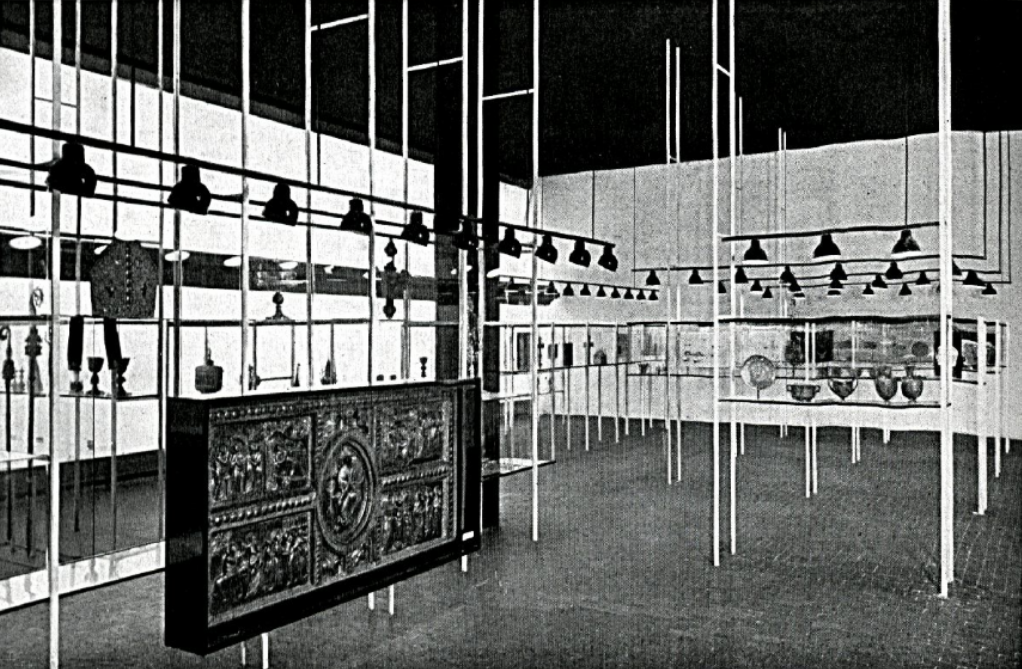 L'esposizione di arte orafa alla VI Triennale di Milano, allestimento di Franco Albini con Giovanni Romano – immagine pubblicata su Domus n. 103
