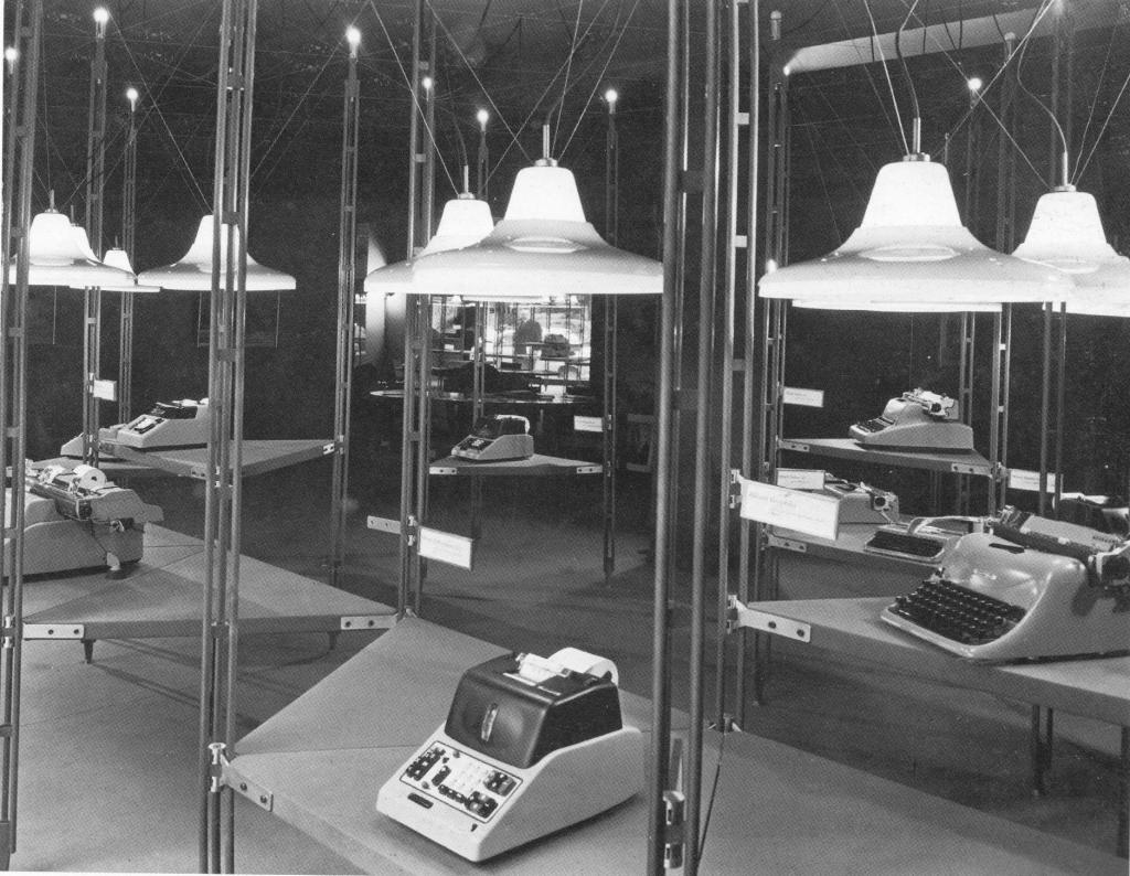 1958-60 - Franco Albini con Franca Helg, allestimento del negozio Olivetti a Parigi