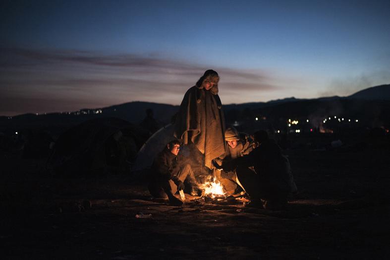 Idomeni, Grecia, dicembre 2015. Migranti e profughi in attesa di attraversare il confine tra la Grecia e Macedonia.