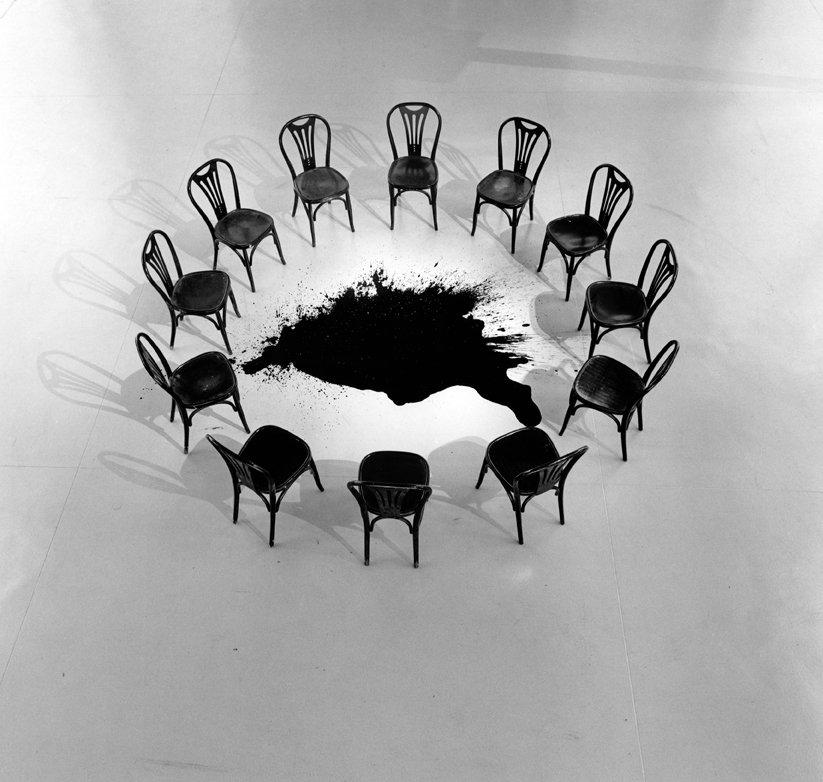 ST-2006-FondPom-cerchio-di-sedie-con-macchia-di-inchiostro-copia-1